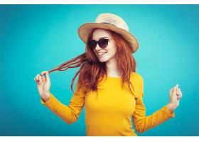 旅游概念特写年轻漂亮迷人的红发女孩戴_128449201