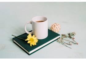 笔记本上的杯子和花朵_173805601