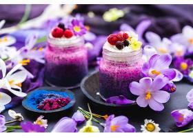 美丽的紫色春季素食冰沙装饰着五颜六色的_1086018801