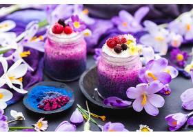 美丽的紫色春季素食冰沙装饰着五颜六色的_1154116601