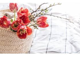 篮子里放着漂亮的红色郁金香的静物_1092065201