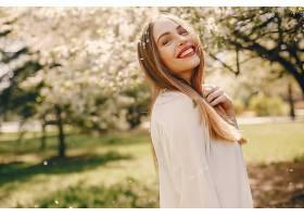 春天公园里的优雅女孩_497503801