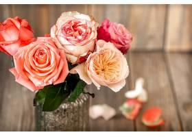 玻璃花瓶里的一束新鲜玫瑰花的特写镜头_1191311001