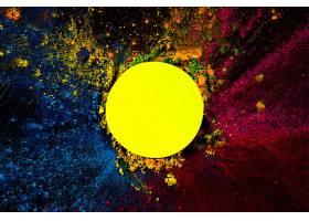 黄色圆形框架的俯视视图上面覆盖着干燥的_393087101