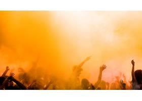 黄色在享受胡里节的人群中迸发出来_448420901