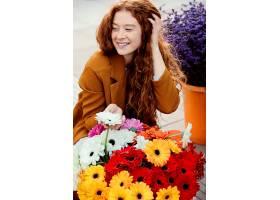 春天带着一束鲜花在户外微笑的女人_1239681301