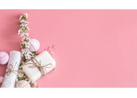 粉红色墙上挂着春花的水疗静物_1089654901