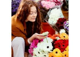 春天带着一束鲜花的女人在户外_1239682101