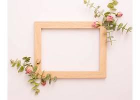 粉红色玫瑰和桉树装饰的木制相框_512768801