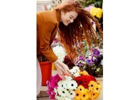 春天带着一束鲜花的女人在户外侧观_1239681901