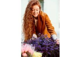 春天带着一束鲜花的女人在户外的前景_1239682601