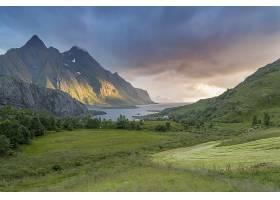 美丽的青草覆盖着山谷湖畔有一座雄伟的山_918360601