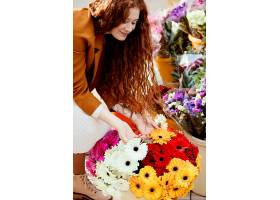春天带着一束鲜花的女人在户外的高角度_1239681501