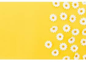 黄色背景上的日光图案左边有空格_379754701