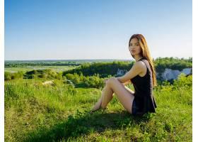 留着长发的漂亮女孩在户外放松坐在户外悬_1196116201