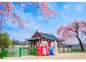 春天樱花的景福宫和穿韩服的游客_1130660101