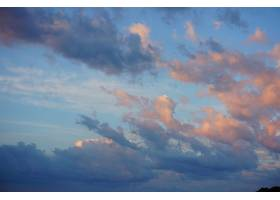 蓝天中云彩的美丽镜头_1106168401