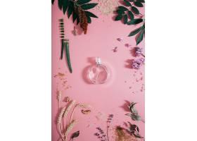 粉色墙上有花的透明香水瓶春天的墙面上弥_1089611601