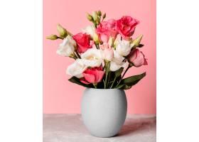 粉色墙上花瓶里的一束玫瑰花_1206774001