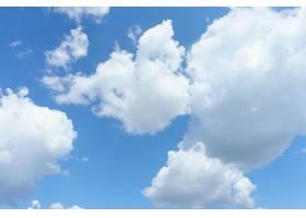 蓝天背景下的白云_99755201