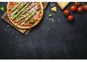 美味的意大利比萨配番茄酱和帕尔马干酪_457063001