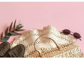 粉色背景上的春季配饰和衣服_943452301