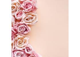 粉色背景上的粉色玫瑰花_422263701