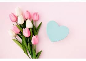粉色背景上的郁金香平铺视图_417699801