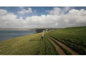 两个人走在一条被令人惊叹的大自然包围的道_1215289001