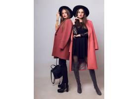 两名时尚的年轻女子穿着休闲的时髦春衣_968698401