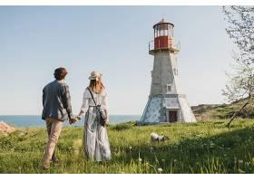 从背后看年轻夫妇爱的潮人独立风格走在乡村_964452601