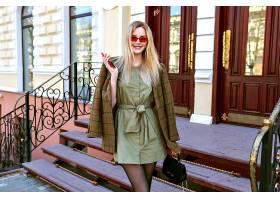 令人惊叹的金发模特在巴黎街头摆姿势的户外_1006804001