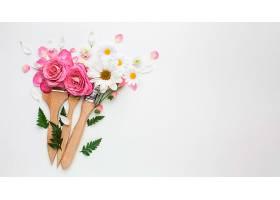 俯瞰玫瑰花和画笔_1247932501