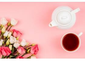俯瞰美丽的玫瑰摆放茶壶和茶杯_1206780601