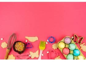 复活节彩蛋与饼干和厨房用具一起放在架子上_389417901