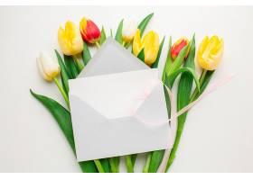 俯视带信封的郁金香花_1247930201