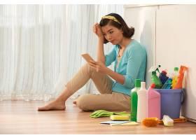 家庭主妇坐在厨房地板上休息不做家务使_569926101