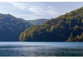 克罗地亚普利特维斯湖附近山丘上的森林_965538901