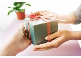 女性手持礼物的特写镜头时髦的粉色办公桌_809872101