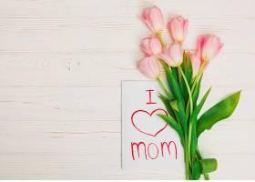 卡片我爱妈妈和放在白色木桌上的鲜花_422561001