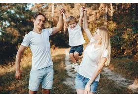 可爱的一家人在避暑公园玩耍_418480201