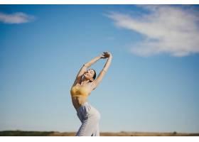 可爱的女孩在蓝天上训练_716749901