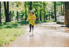 可爱的女孩在雨天嬉戏_501184301