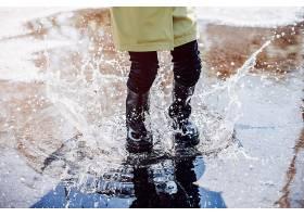 可爱的孩子们在雨天嬉戏_501118201