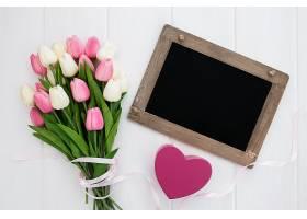 带心和郁金香花束的黑板_391306301