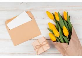 各种黄色郁金香信封内有卡片_1206775701
