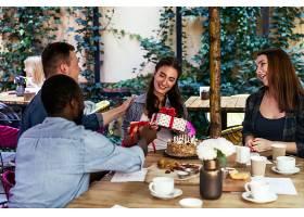 咖啡馆露台上女孩的生日庆典最好的朋友送_644889901