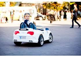嘿那是什么可爱的小男孩开着他的第一辆_111392901