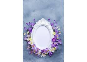 垂直拍摄的华丽的白色框架带有紫色和白色_1118295801