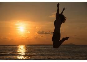 带着青少年快乐跳跃的自由理念_114793501